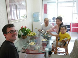 Frühstück mit Suppe und Ei.// Breakfast wirh soup and egg.