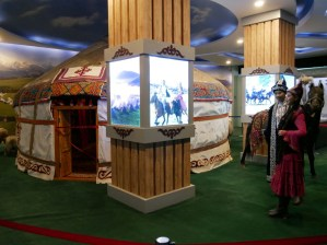 Xinjiang Regional Museum zeigt uns vieles, das wir bereits in echt sehen konnten, aber auch neues: Kirgisische Tracht.// The museum shows a lot which we saw in reality but also things we never saw before: Kyrgyz traditional dress.