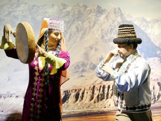 Xinjiang Regional Museum zeigt uns vieles, das wir bereits in echt sehen konnten, aber auch neues: Tadschikische Tracht.// The museum shows a lot which we saw in reality but also things we never saw before: Tadjik traditional dress.