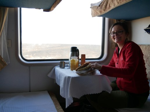 Frühstück im Soft sleeper - 36 Stunden im Zug muss man ja irgendwie rumkriegen.// Breakfast in the soft sleeper - you have to deal with a lot of time while being on a trin for 36 hours.