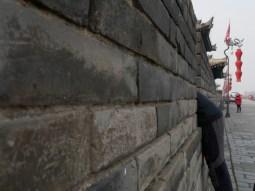 Stadtmauer Xian. Daniel in seiner Lieblingspose. // City wall Xian. Daniel in his favourite pose.