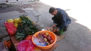 Man killt eine regionale Ananas für uns.// We get a regional ananas.