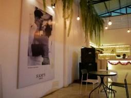 In jedem Laden in Thailand hängt ein Bild des Königs.// There is a picture of the king in every shop in Thailand.