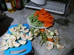 Thai-Aubergine, Bohnen und Rübli ergeben unser erstes selbst gekochtes Essen seit langem.// Thai eggplant, beans and carrots are the ingredients for our first self-prepared meal in a while.
