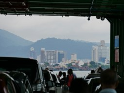 On the ferry to Penang.// Auf der Fähre nach Penang.