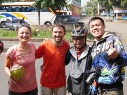 25 cyclists who cycle 60 km from Bandung to Garud.// 25 Radler, die eine Tour von 60 km von Bandung nach Garud machen.