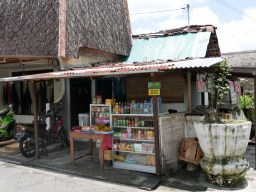 Typical minishop in Yogya.// Ein typischer Minimarkt in Yogya.
