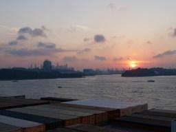 Sonnenaufgang im Hafen von Singapur.// Sunrise at the harbour of Singapore.