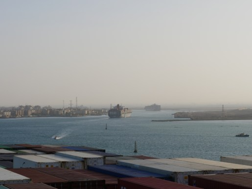 We are in a convoi of 19 ships.// Wir sind in einem Konvoi mit 19 Schiffen.