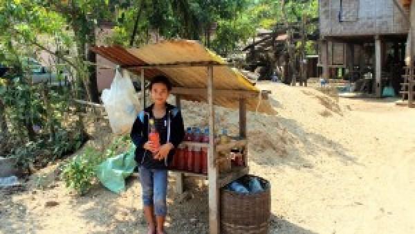 Lokaal meisje verkoopt benzine