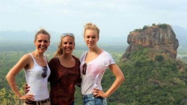 Marja, Paula, Loïs op reis door Sri Lanka