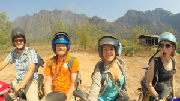 Remco, Mark, Paula, Serena, motorrijden in Laos