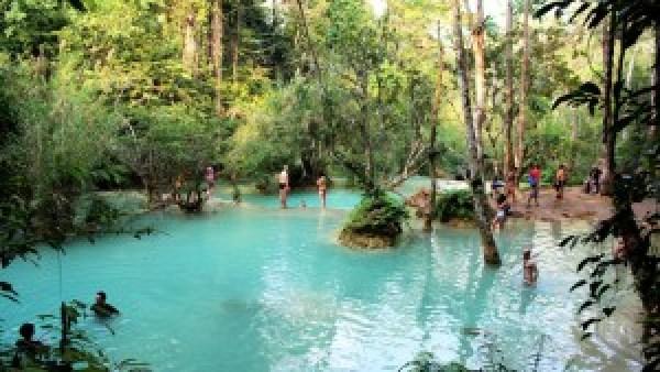 Zwemmen bij Kuang Si waterval Laos