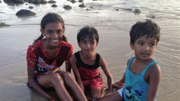 Kids spelen op de stranden van Sri Lanka