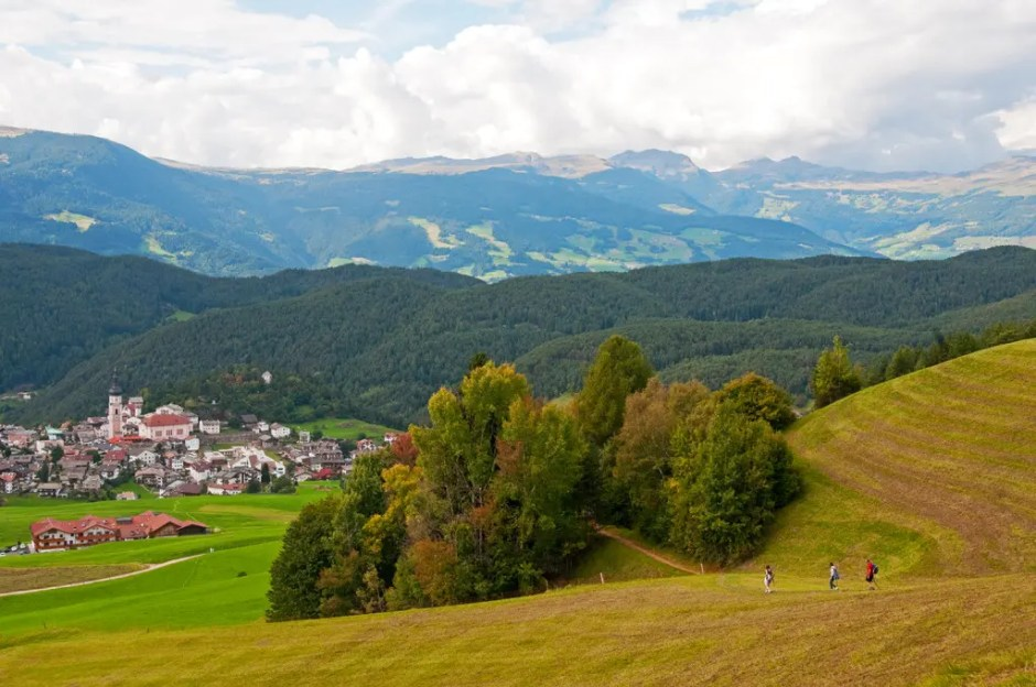 The town of Castelrotto/Kastelruth nestled in the valley
