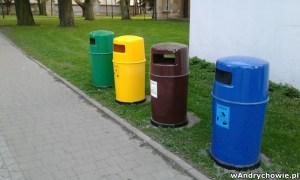 kosze na odpady segregowane w parku miejskim w Andrychowie