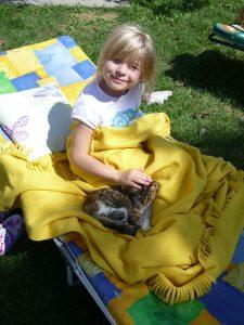 chat caressé enfant