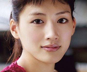 綾瀬はるかの肌が綺麗なのは遺伝って本当?! 2017年内に結婚はあるか?!
