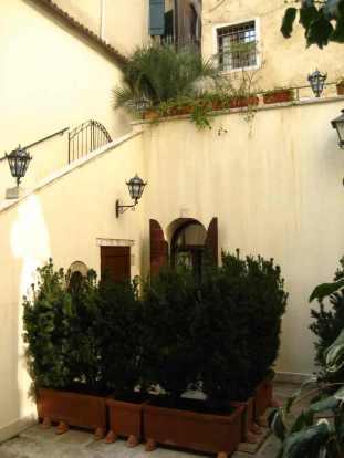 de mini-binnenplaats van het hotel