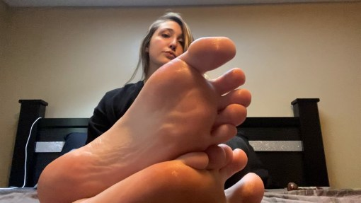 Leilanis Sexy Feet and Soles Show on Bed