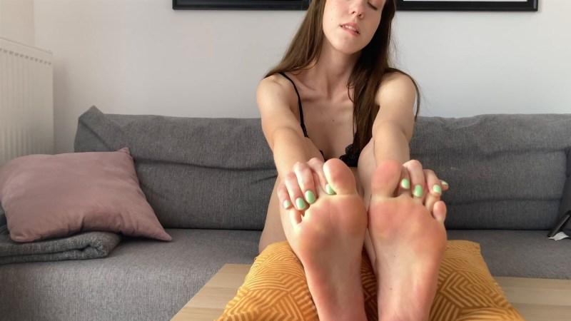 Russian Girl Sexy Feet in Bikini