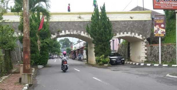 Plengkung di Jl. Tengkon  dulu, di atasnya saluran irigasi