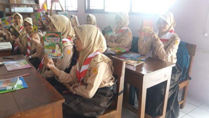 2_Siswa sedang membaca