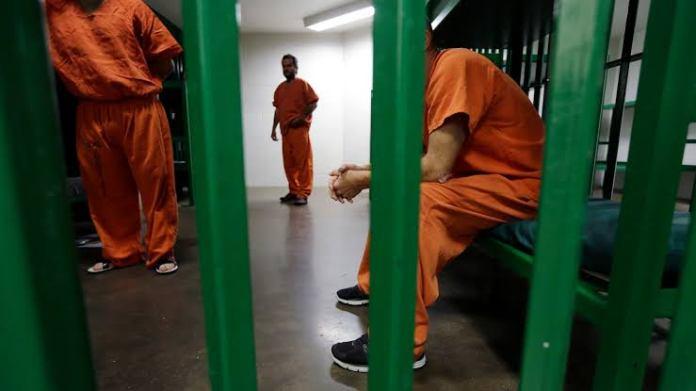 Tertular Menjadi Gay di Penjara