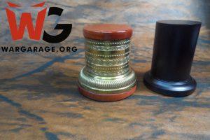 Las bases pueden ser de diversos materiales y colores, en este caso metal con madera y madera pintada de negro