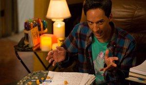 Abed Jugando Dungeons and Dragons con sus amigos en la serie Community