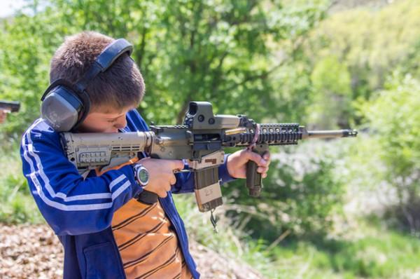 裏庭で銃を撃つ