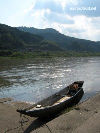 A canoe docked in Hitoyoshi, its owner nowhere to be seen (August 2010)