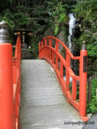"""On the grounds of Nanzōin's compound, a bridge labelled the """"[people who] get along well bridge"""" (August 2010)"""