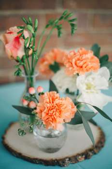 Bud vase flower arrangements for cocktail tables