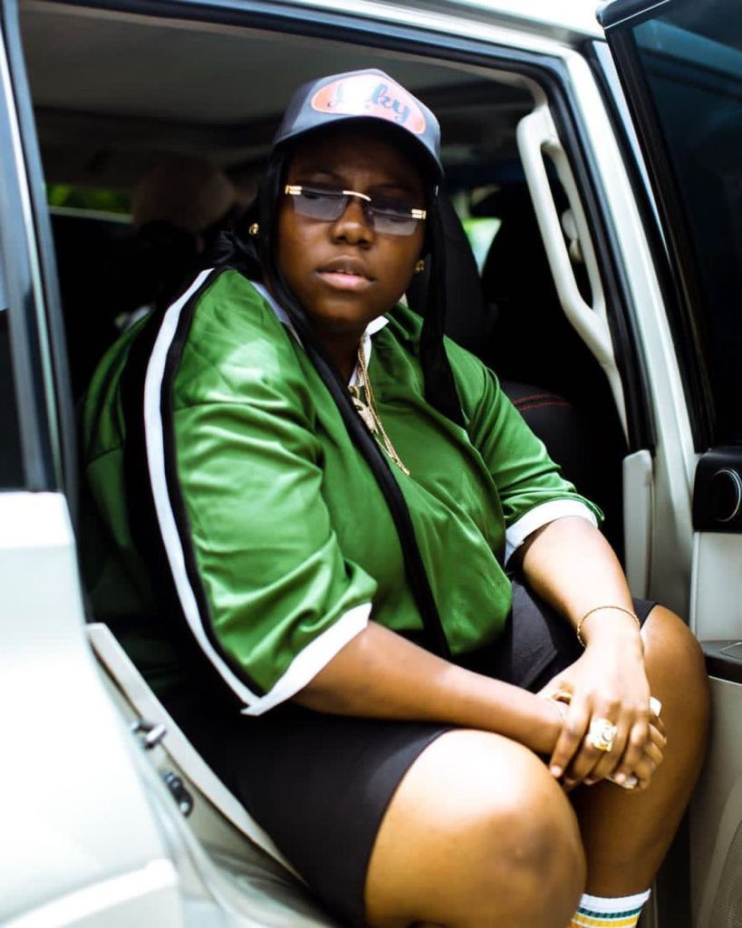 """""""If you see me give me a hug"""" – Teni shares her experience after helping a pregnant woman with four kids carry her two daughters"""