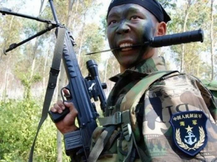 Боец ССО ВМС Китая. В зубах стреляющий нож (http://m.china.com.cn)