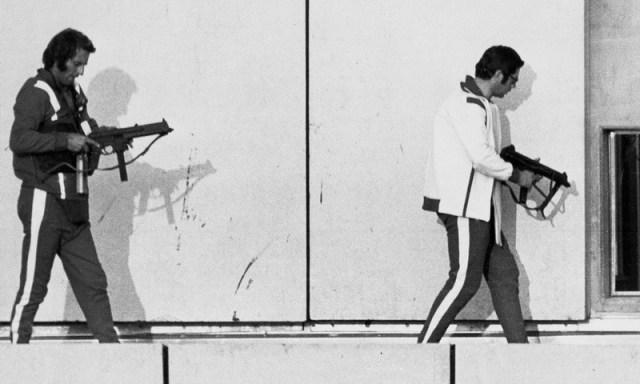 Немецкие полицейские в спортивных костюмах пытаются занять позиции вокруг захваченного здания в олимпийской деревне - Мюнхен-1972: точка отсчёта для антитеррора | Warspot.ru