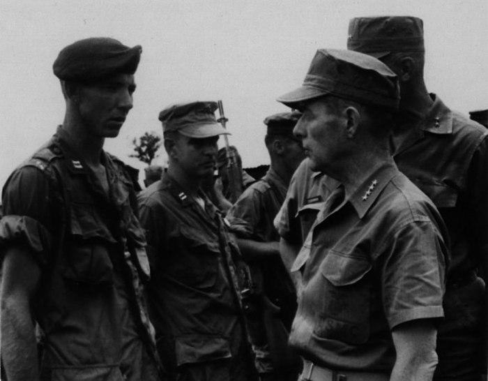 Герой Ланг-Вэя капитан Фрэнк Уиллоуби (в берете) на базе в Кхе-Сане разговаривает с командующим морской пехотой США генералом Уоллесом Грином, 9 августа 1967 года. До битвы за Кхе-Сан и Ланг-Вэй оставалось около полугода wikipedia.org