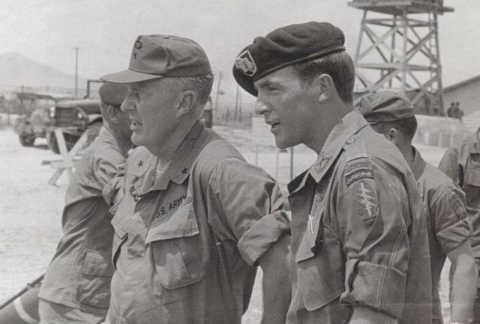 Капитан «Зелёных беретов» Дэвид Карр и генерал Дон Блэкбёрн в феврале 1970 года. На плече у Карра хорошо видно общую эмблему сил специальных операций sogsite.com
