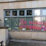 Wandale zniszczyli elewację siedziby warszawskiego PIS i biura poselskiego ministra Mariusza Kamińskiego