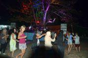 interaksi turis asing pada acara hiburan festival karimata 2015 di desa betok menyambut sail karimata 2016