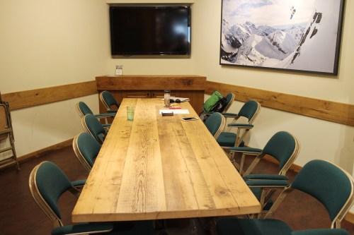 アメリカンテイストの大きな木製テーブルも100年前の廃材で作られたもの