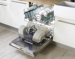 Bulaşıkların bulaşık makinesine yüklenmesi