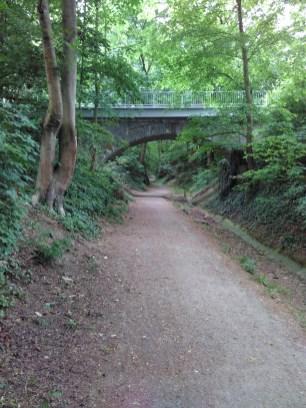 Die Eisenbahnbrücke über den Hohlweg