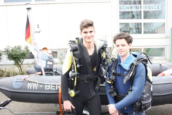 3 Tauchausrüstungen komplett, mit je 2 unabhängigen 1. Stufen Scubapro, kaltwassergeeignet, Oktopus, Subgear Jacket Black Jac, 5 Tauchflaschen 12 Liter/200 bar, Zubehör