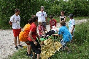 Bei der Erstenhilfe  Station lernten die Kinder und Jugendlichen die verwendung des Combicarriers und wiederhohlten das anlegen von Verbänden.