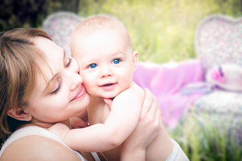 赤ちゃんと暮らす母親