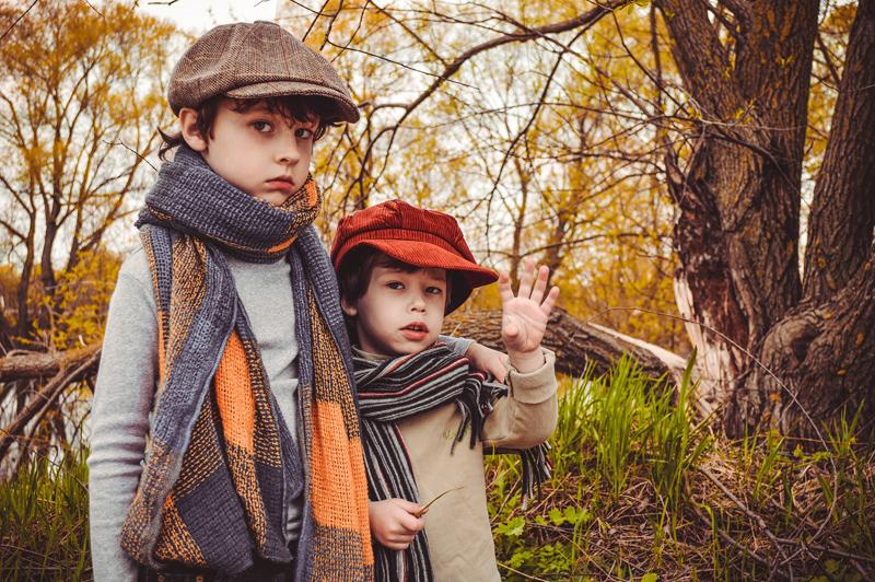 秋冬物を着た兄弟ふたり