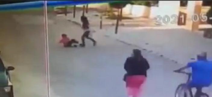 امرأه لبنانية تعتدي بوحشيه على طفل سوري