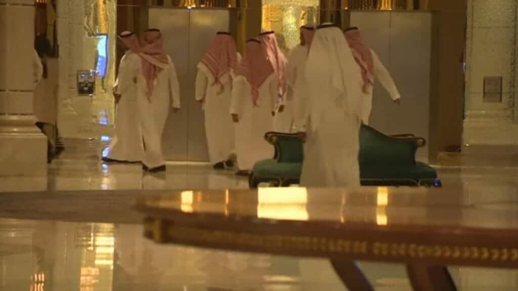 """تعرضوا لتعذيب شديد.. نيويورك تايمز: قيود إلكترونية """"وضعت"""" على كواحل أثرياء السعودية وهذا ما سيجري لمن يفكر في خلعها"""
